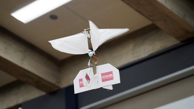垂直離着陸型羽ばたき飛翔ロボットの自律飛行制御